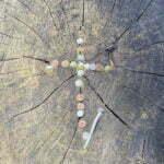 Kreuznägel im Baumstumpf